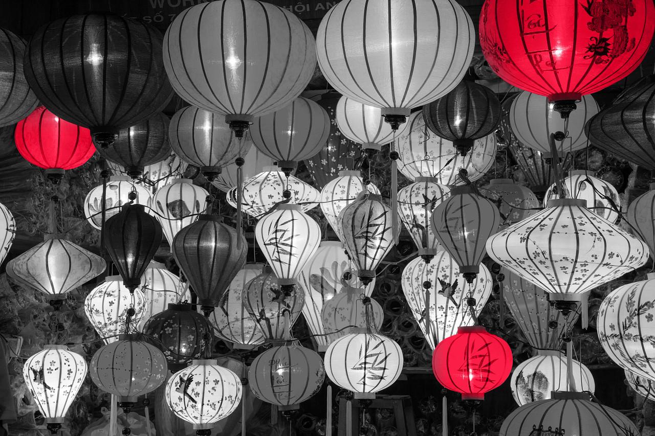 Plusieurs lampions en noir et blanc
